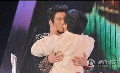 """笑着说:""""这是第一次跟男生接吻阿,就给?-同性明星激吻瞬间 范冰"""