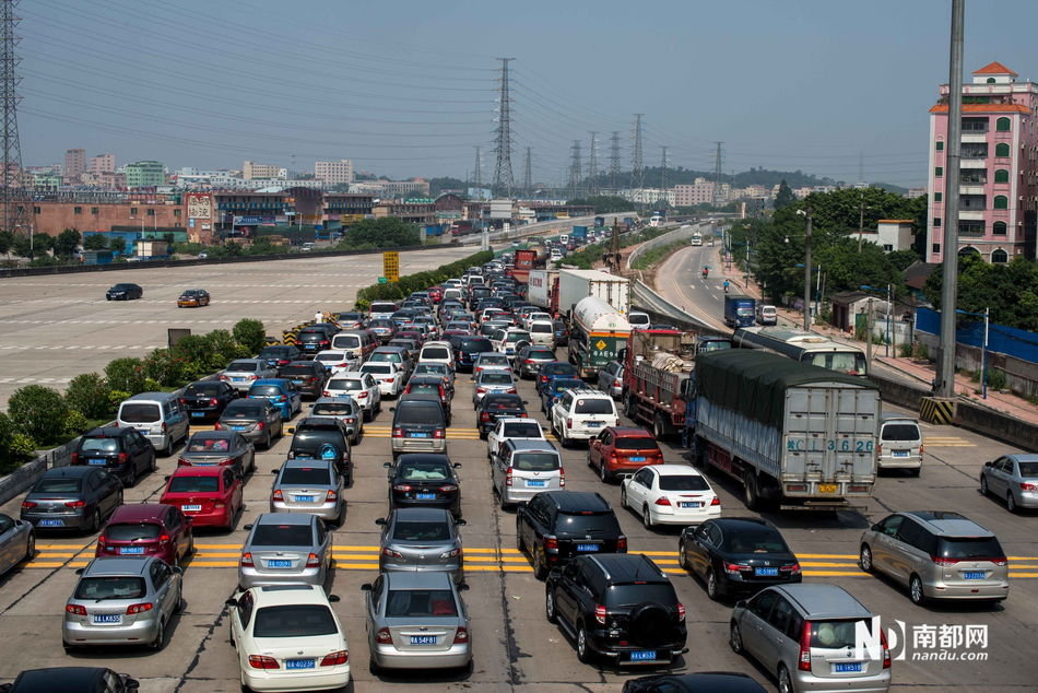 至昨日下午4时许,京港澳高速韶关段当天已累计发生交通事故57起