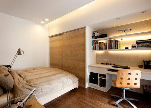 :男孩房则是在书桌上方加入多层次层板,及开放式事务柜,提高