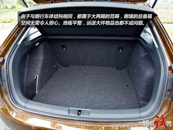腾讯试驾上海大众跨界车朗境 在储物空间方面,朗境与朗行并无区别。后备箱空间可以通过后排座椅的放倒得到扩展。如果提前将椅垫掀起,头枕拔下,更可以形成一个完全平整的大空间。对于朗行、朗境这种类休旅车型来说,载物能力也是车主购买前会认真考虑的一个因素。