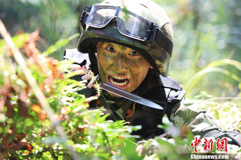 驻深圳武警女兵大练兵 咬钢刀在林中反恐 - 军中之花 - 军中之花博客