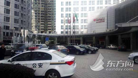 """东方网记者在现场看到,网传发生""""割喉案""""的酒店门口停着两辆警车"""