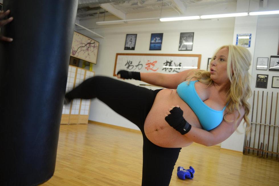 美国31岁孕妇大玩空手道