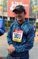高清:上海马拉松谢晖参赛 礼仪争相合影嘉宾