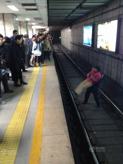 北京地铁一女子跳下站台 逼停在驶列车