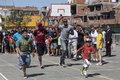 高清:博尔特访问阿根廷 与孩子们各种比赛PK