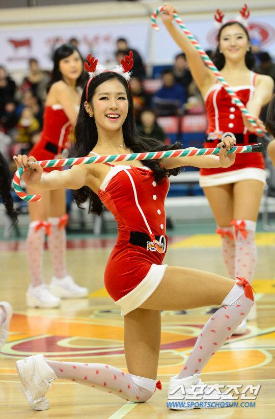 韩国朴姬兰_韩国职棒啦啦队贴身豹纹装热舞