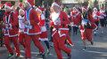 组图:法国数千名圣诞老人街头赛跑迎节日