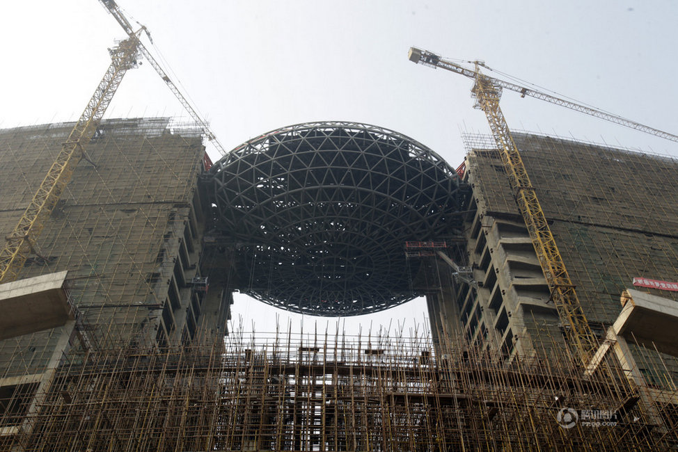 """武汉现""""空中鸟巢""""建筑 架在两栋楼之间"""