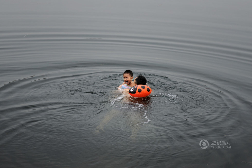 高清:湖南男子��3�q�鹤佣�泳 河水冰冷刺骨