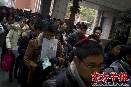 昨日,考生们步入复旦大学考场。早报记者 杨深来 图
