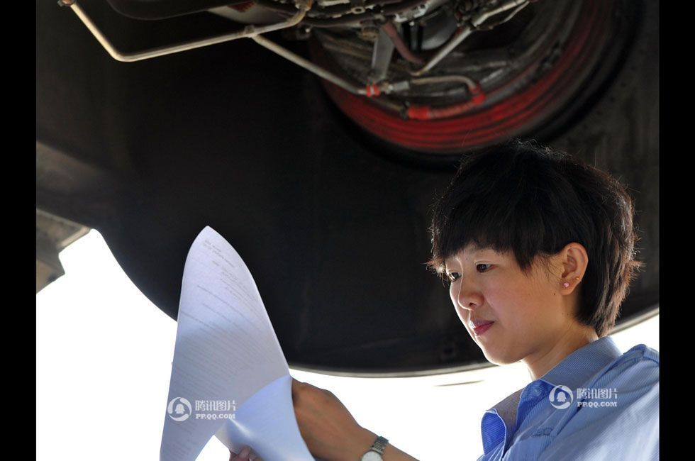实拍美女飞机维修员:满身油渍修好飞机才满足