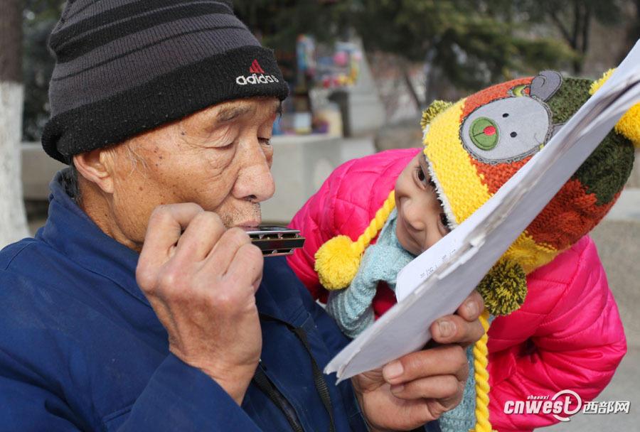 小女孩被老爷爷的口琴声吸引.   音乐给80岁的张大爷带来了