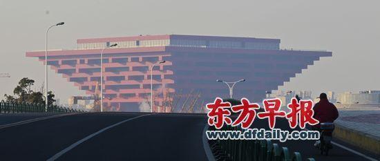从今年3月1日起,上海将实施《上海市非机动车登记规定》,电动自行车需要申请号牌、行车执照。图为1月23日清晨,市民骑电动车出行。
