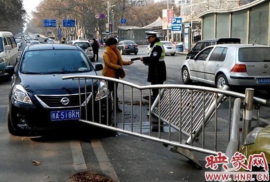新手女司机行驶中突打方向撞护栏 路上两车遭殃