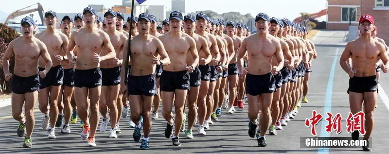组图:韩国海军救援队肌肉男赤膊冬泳练意志