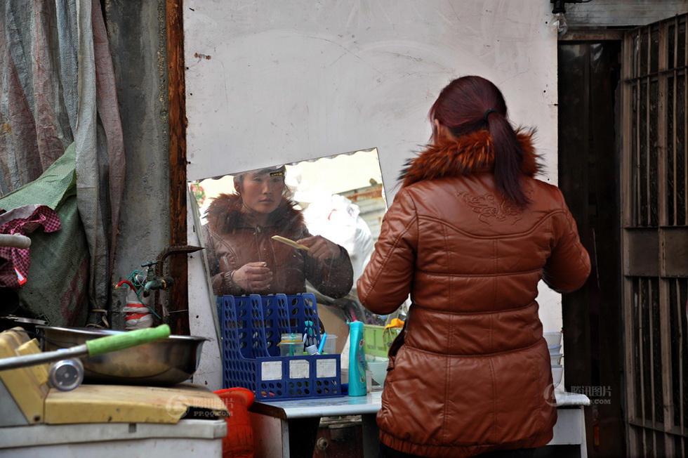 2月2日上午,老马先生的儿媳在门口整装准备拍合影,她的日常工作负