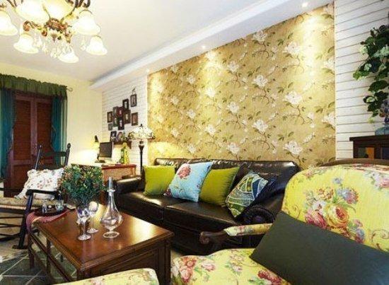 新疆网讯 客厅碎花沙发背景墙,碎花坐垫,靠垫,还有绿植花卉,到处都图片