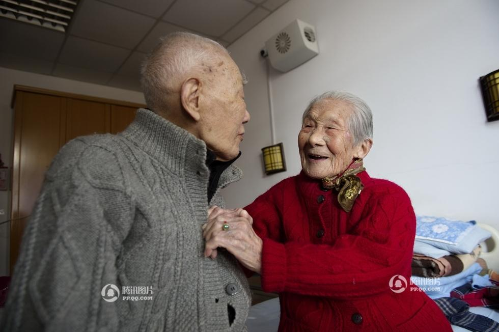 """养老院里的百岁老夫妻——摘转""""腾讯图片。中国人的一天""""《百岁老夫妻恩爱》 - 金色夕阳 - 金色夕阳——花老头——蔫老倌"""
