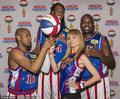 高清:超模海蒂参加篮球活动 与花式篮球队合影