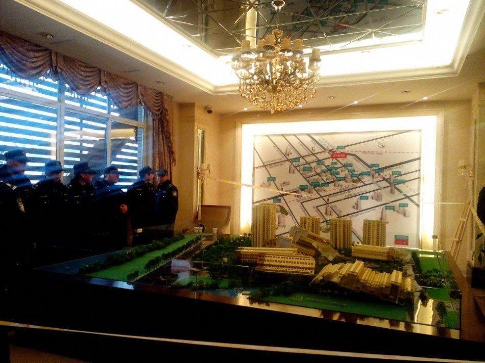 杭州楼盘每平米降数千元 业主砸售楼处(组图) - chow888 - chow888的博客
