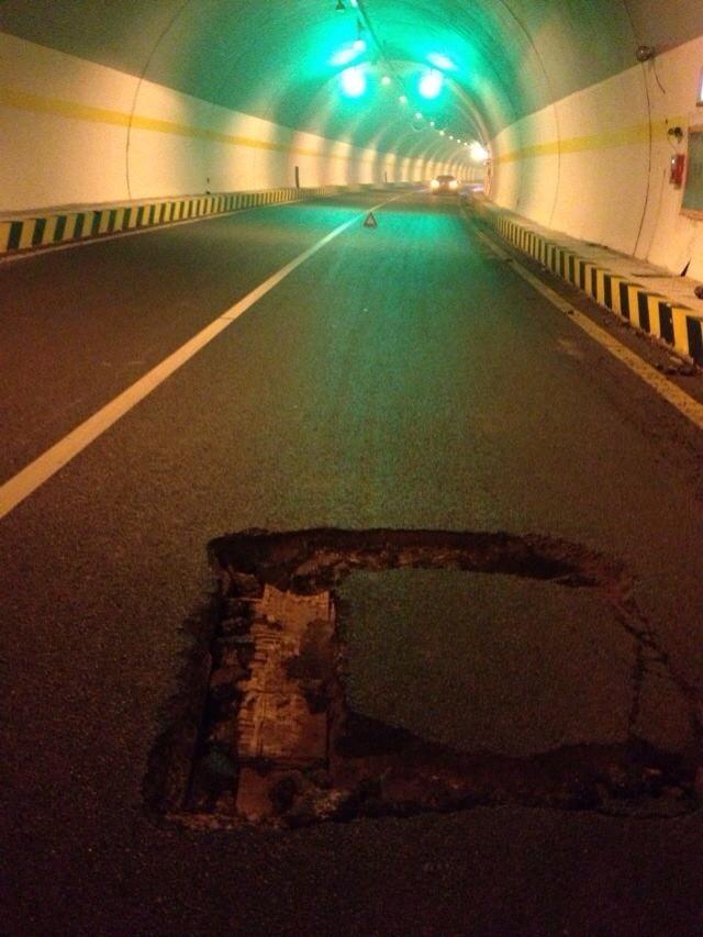 延西高速路现大坑致车胎破裂 坑爹的路面竟用木板垫成