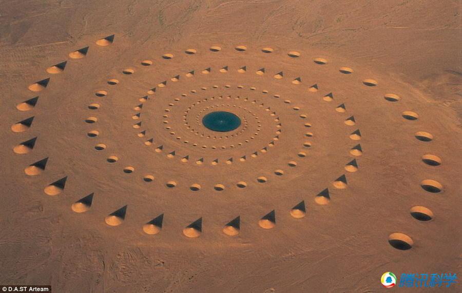 埃及沙漠出现巨幅图案飞碟跑道 犹如外星基地