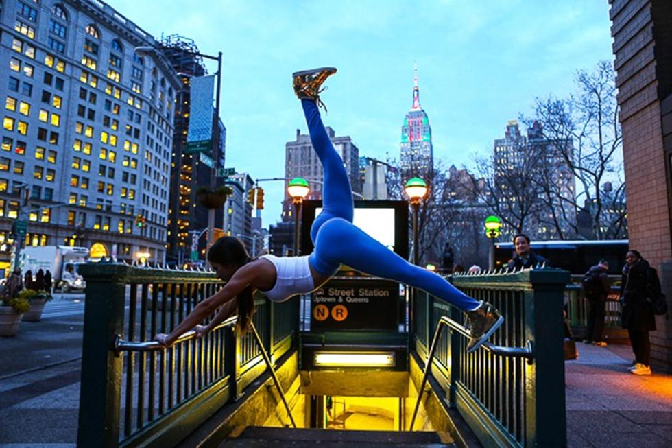 高清:翘臀女孩街头健身