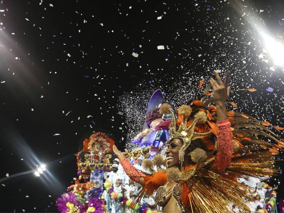 高清:巴西狂欢节激情开幕 电臀美女造势世界杯