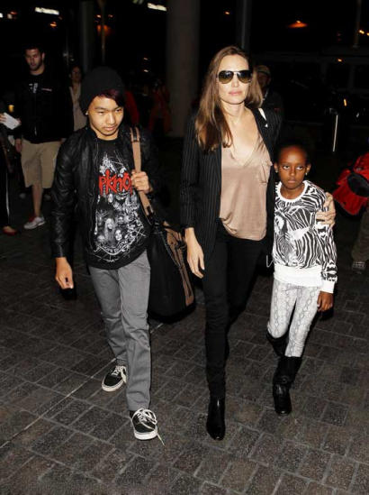 朱莉携养子女亮相 黑超遮面衣着干练