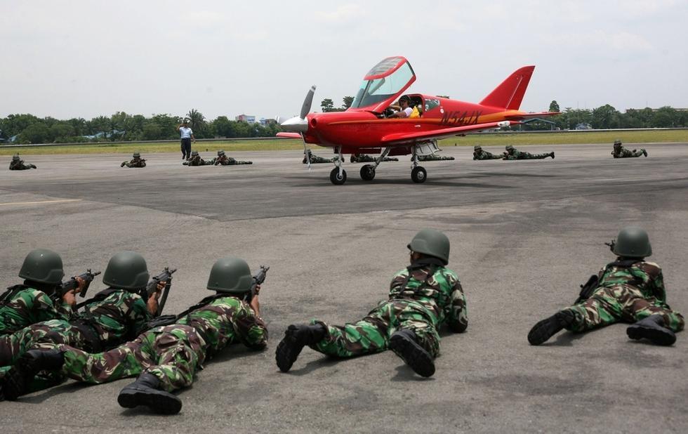 组图:65岁瑞士飞行员误闯印尼领空遭拦截拘留
