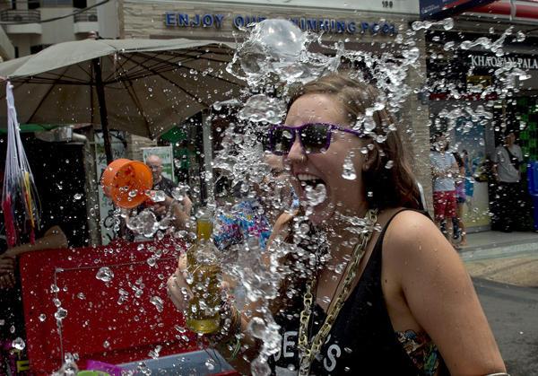泼水节美女随拍 全身湿透显好身材