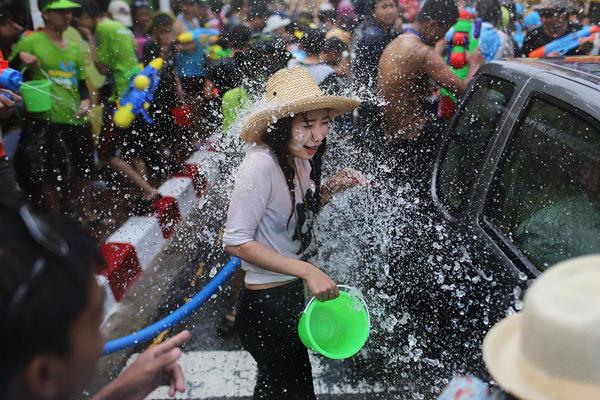 泰国泼水节美女随拍 全身湿透显好身材