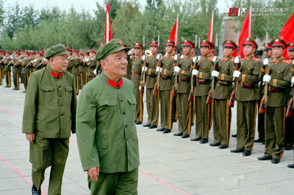 3年8月1日,解放军陆、海、空三军仪仗队分别更换新式礼宾服.图