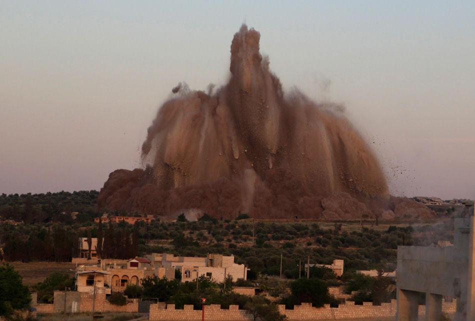 当地时间2014年5月14日,叙利亚Idlib,叙利亚Wadi Deif军事基地发生巨大爆炸,观察人士称伊斯兰反对派武装在地道内安装炸药,目前已造成数十死伤。现场的记者拍下了这次规模庞大的爆炸 - 东篱散人 - 东篱散人1818的博客