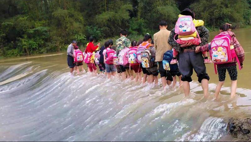 广西贺州昭平县北陀镇善政村九亩寨学生趟水上学令人心惊 图