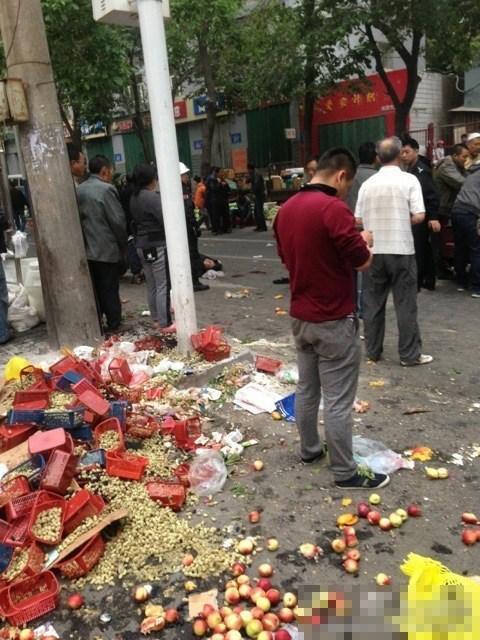 高清图—乌鲁木齐文化宫今晨早市发生剧烈爆炸 20149522