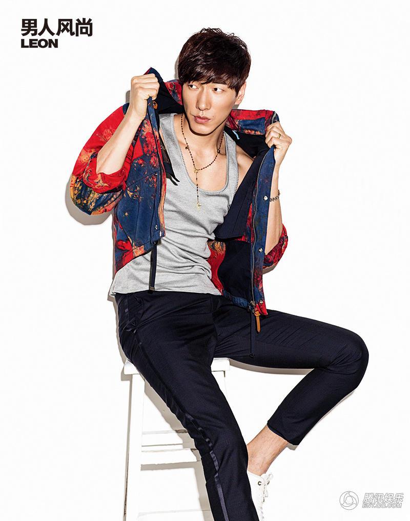 OKER》和《男人风尚LEON》时尚杂志拍摄的封面大片陆续曝光,图片