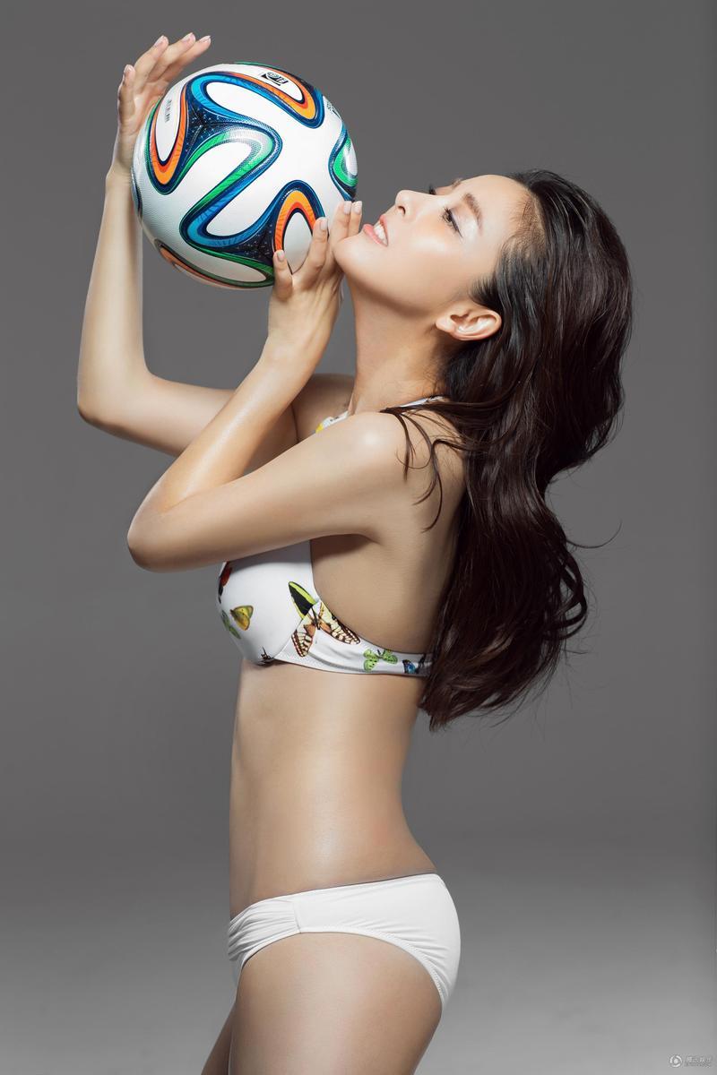 当红女星黄小蕾化身足球宝贝(图5)