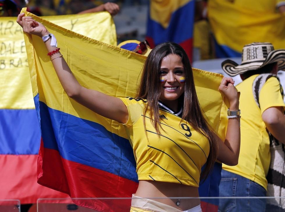 图为哥伦比亚取胜 美女球迷喜笑颜开