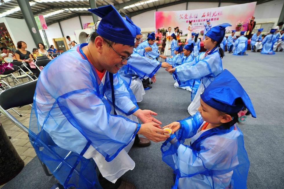 三亚.孩子们用跪拜、献茶等传统礼仪感恩父爱.-高清 来自全国20