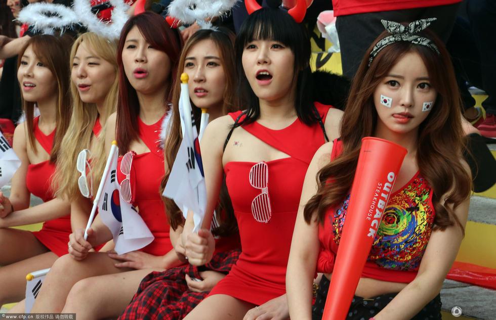 高清:韩国美女球迷甜美助威