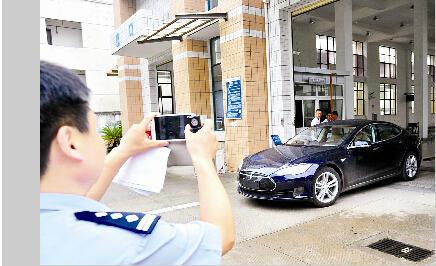 武汉首辆特斯拉注册登记 充电一次跑200公里