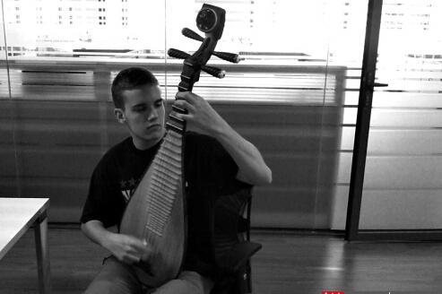 美国男孩迷上琵琶最爱十面埋伏 雷打不动练习