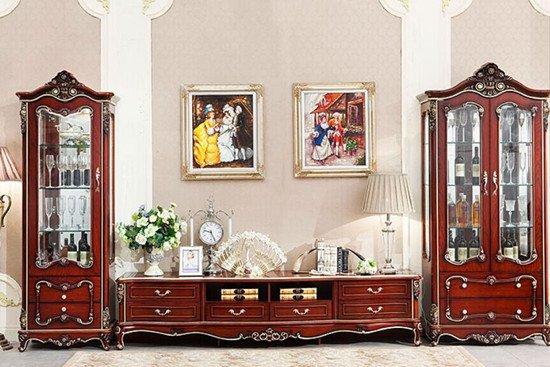 新古典风格家具特点 新古典家具可分为中式新古典家具和欧式新古典家具两类。中式新古典家具一改传统中式家具严肃沉闷的风格,在色彩上更具有亲和力,对于传统中式家具舒适度欠缺的问题也大大改进:有些生硬的中式家具实木材质中也可以融合柔软的现代布艺,家具线条越来越人性化,越来越符合人体工程学在家具上要求。欧式新古典家具则摒弃了始于洛可可风格时期的繁复装饰,追求简洁自然之美的同时保留欧式家具的线条轮廓特征。不论是中式新古典家具还是欧式新古典家具风格和细节上如何不尽相同,始终还是追求家具的舒适度和时代感。