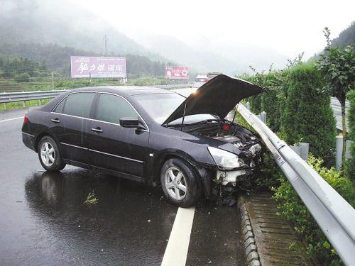 暴雨突袭事故高发 高速交警教您大雨天开车图片