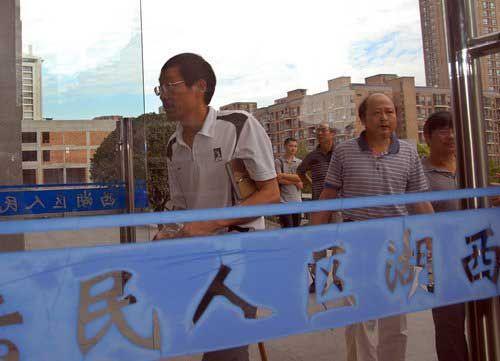 2009年7月15日,轰动一时的杭州57飙车案在杭州西湖区人民法院开庭审理。谭卓的父亲及家人走进法院。图片来源:CFP