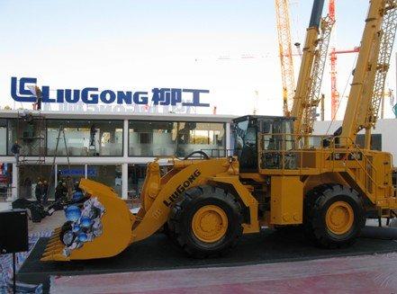 中国最大轮式装载机CLG899III装载机首次在展会亮相