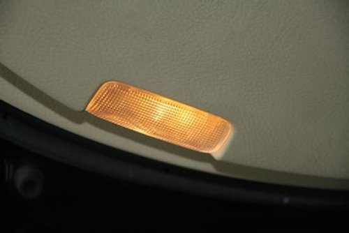 76.驾驶席侧车门门禁灯