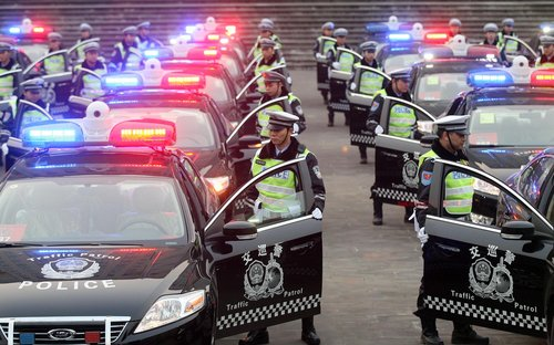 警车_网曝朝鲜警车用比亚迪英国警车用FI赛车12